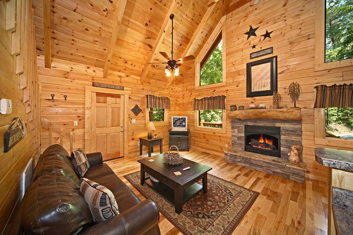 Honey Moon Cabin with Living Room and Fireplace - Get-n-Lucky