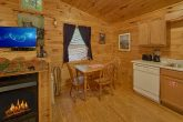 2 Bedrom Cabin with a Dining Room Table