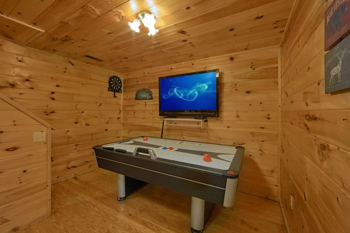 2 Bedroom Cabin with an Air Hockey Table - Grin N Bear It