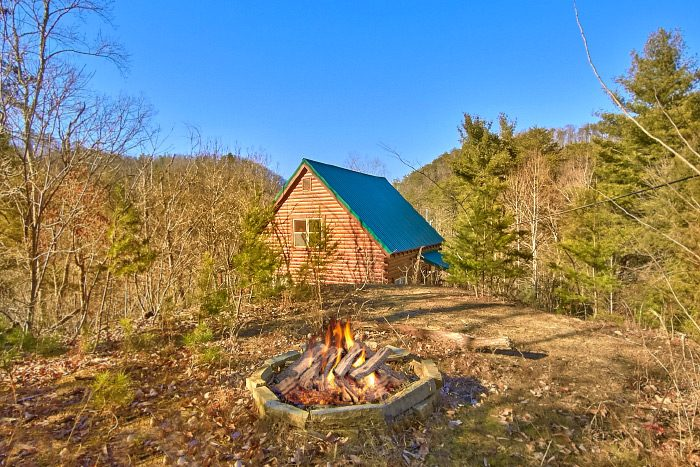 Luxury 3 bedroom Cabin with Firepit and Hot Tub - Hillside Haven