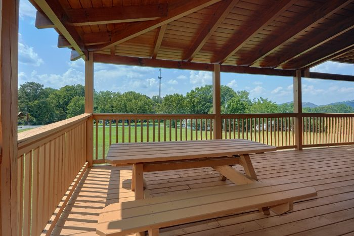 3 Bedroom Cabin with Picnic Table on deck - Honey Bear