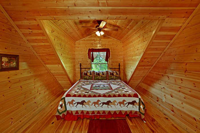 King Bed in Top Floor of Cabin - Horsin Around