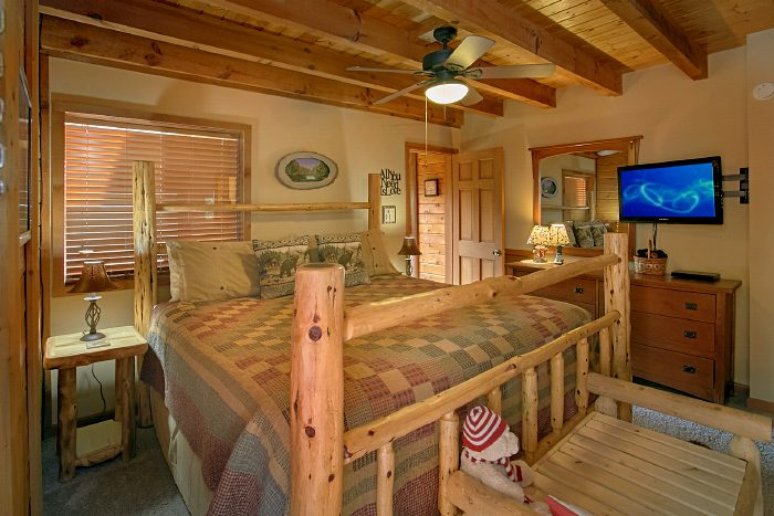 Cabin with King Bed, Private Bath and Jacuzzi - Huckleberry Haven