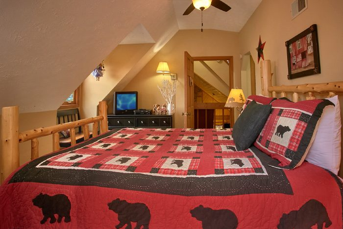 Cabin with Queen Bedroom and Private Balcony - Huckleberry Haven