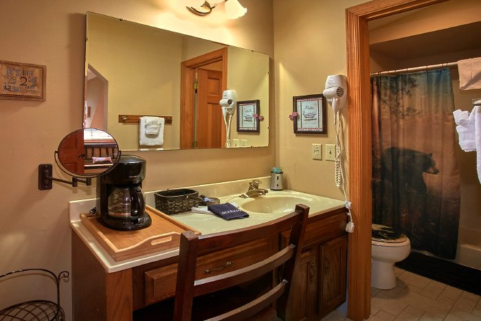 Private Cabin with 2 Bathrooms and Jacuzzi Tub - Huckleberry Haven