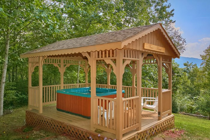 2 Bedroom Cabin with Private Hot Tub and Gazebo - Huckleberry Haven