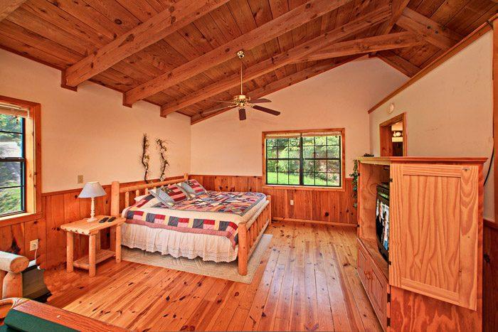 King Size Bedroom in the Loft - Kayla's Hideaway