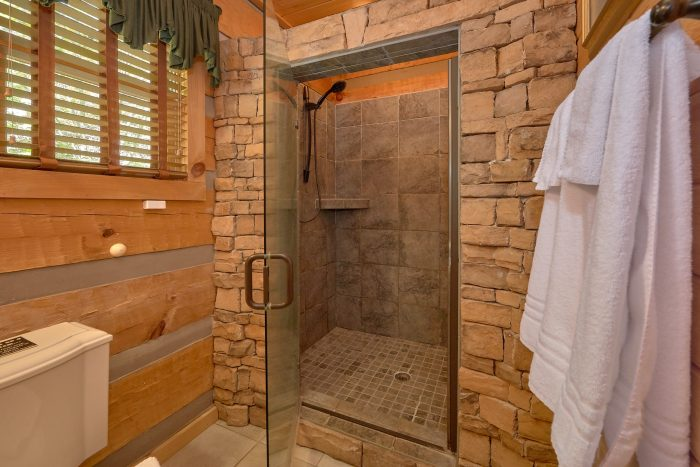 1 Bedroom cabin with a tiled-in stand-up shower - Kicked Back Creekside