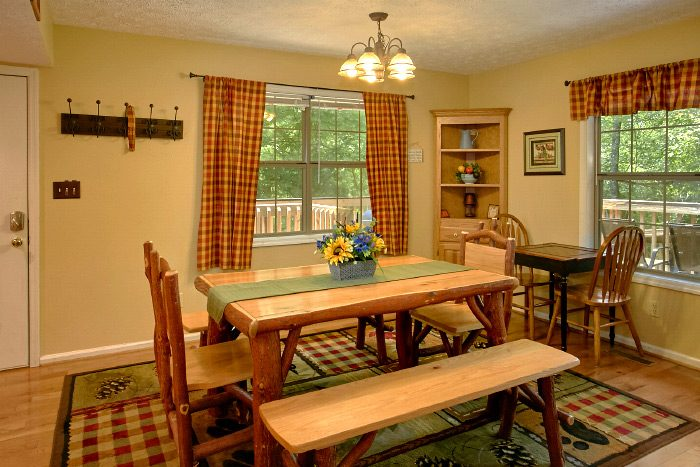 4 Bedroom Cabin with large Dining Room - Kickin Back
