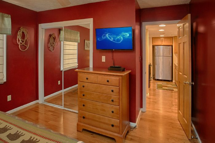 King Bedroom furnished with Flat Screen TV - Kickin Back