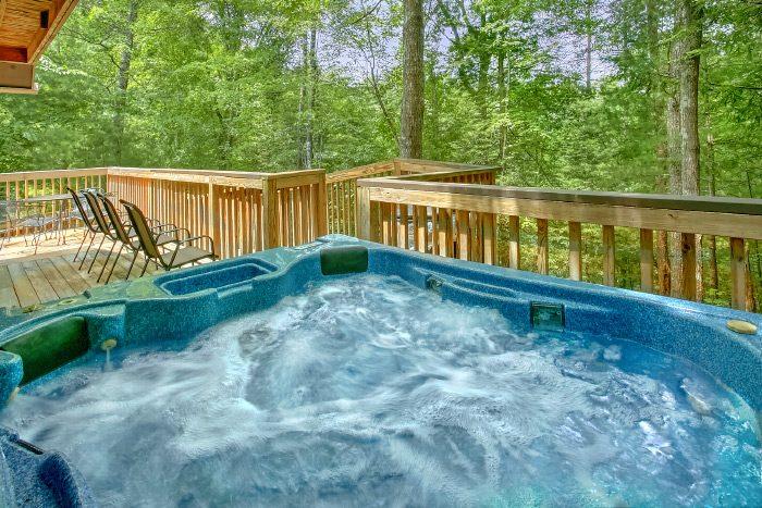 Luxury 4 Bedroom Cabin with Hot Tub - Kickin Back