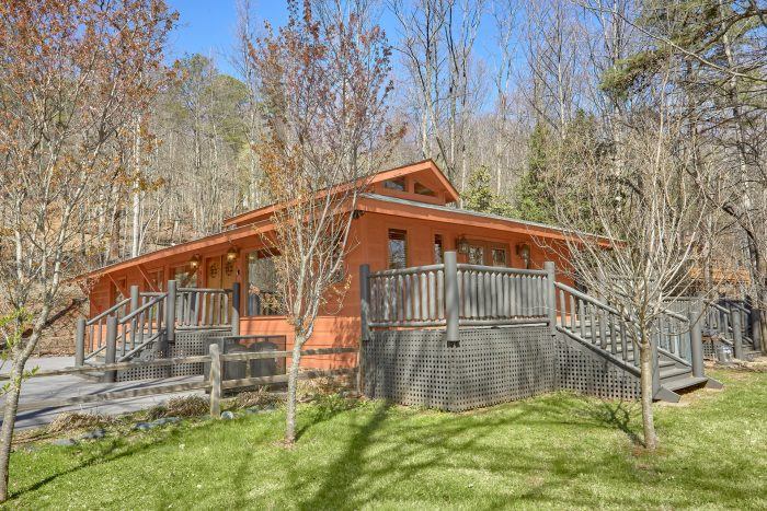 Gatlinburg 4 Bedroom Cabin Sleeps 8 with Yard - La Dolce Vita