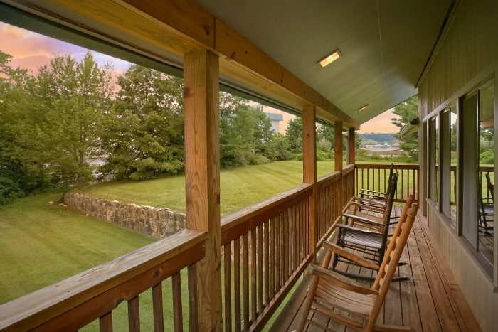 Spacious 6 Bedroom Cabin with Deck & Yard Space - Lazy Days Lodge