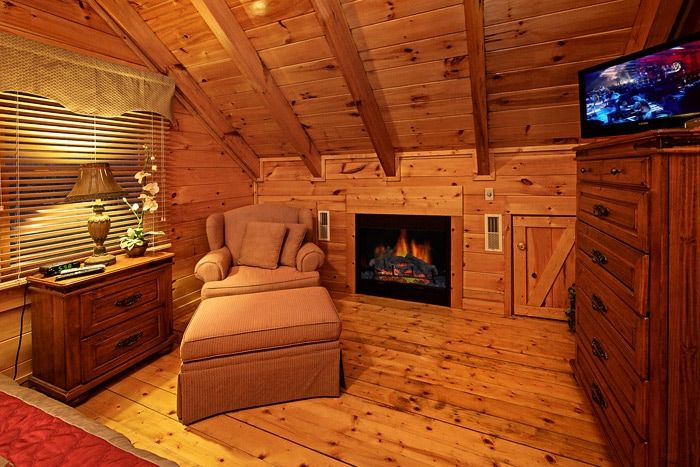 Master Bedroom wtih Fireplace in Cabin - Little Cove Hideaway