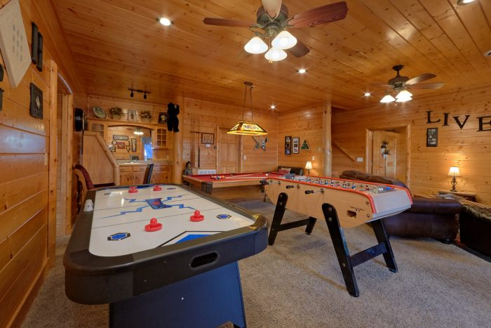 Cabin with Air Hockey, Pool Table and Game Room - Lodge Mahal