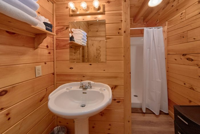 Master Bath Room 2 Bedroom Cabin Sleeps 8 - Making More Memories