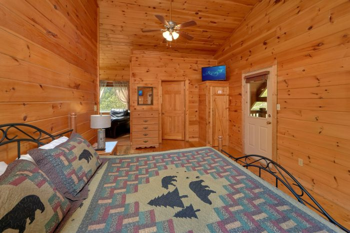 Private King Bedroom and bath in 3 bedroom cabin - Memory Maker