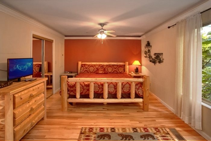 Honeymoon Cabin with King Bed and Private Bath - Mountain Laurel