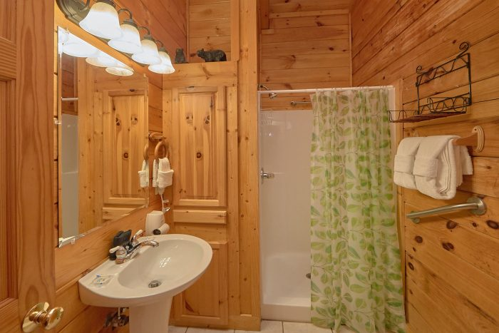 3 Bedroom Cabin with Walk-In Showers - Mountain Valley Dreams