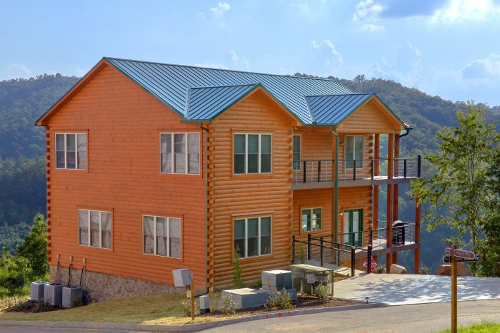 8 Bedroom Cabin with a Private Indoor Pool - Mountain View Pool Lodge
