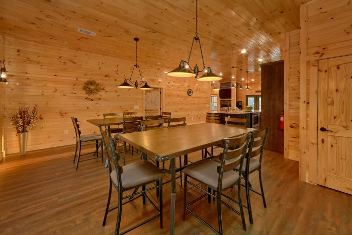 8 Bedroom Pool Cabin with a Dining Room - Mountain View Pool Lodge