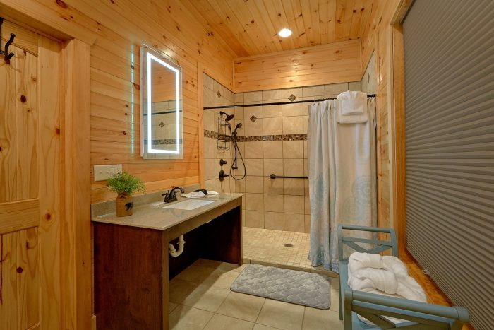8 Bedroom Cabin with a ADA Main-Level Bathroom - Mountain View Pool Lodge