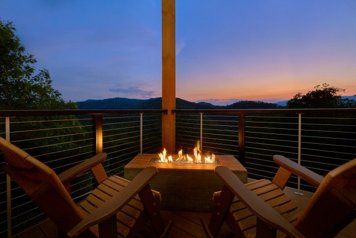 8 Bedroom Cabin with a Gas Fireplace - Mountain View Pool Lodge