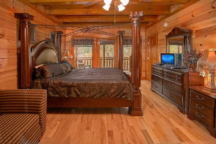 8 Bedroom Cabin Sleeps 24 Main Floor Bedroom - Grand Theater Lodge