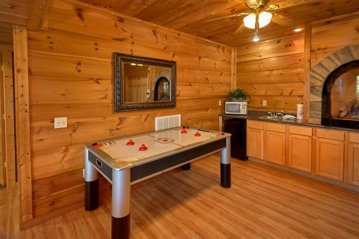5 Bedroom Cabin Sleeps 16 with Air Hockey Table - Natures Majesty