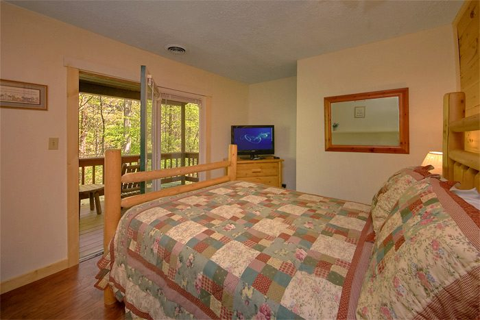 Spacious cabin with large Queen Bedrooms - On the Creek
