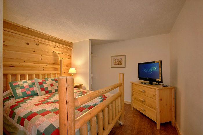 7 Bedroom cabin with 6 Queen beds - On the Creek