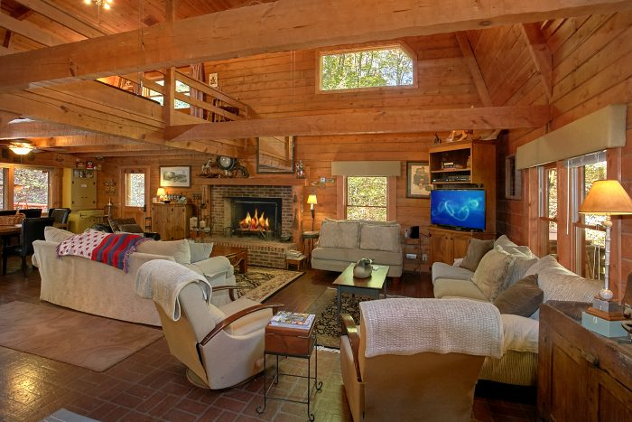 Spacious cabin with Large Stone Fireplace - Ponderosa