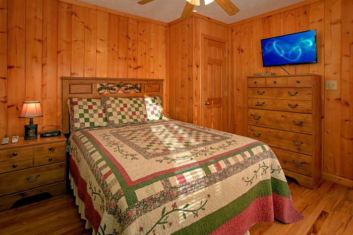 6 Bedroom Cabin Sleeps 16 in Hidden Springs - Poolside Lodge