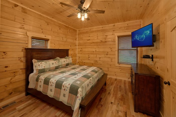Cabin with handicap accessible bedroom and bath - Poolside Lodge