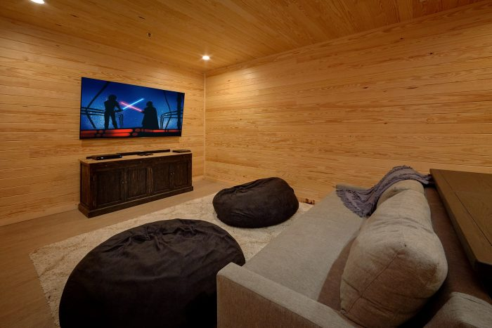Luxurious 7 bedroom cabin with Theater Room - Poolside Lodge
