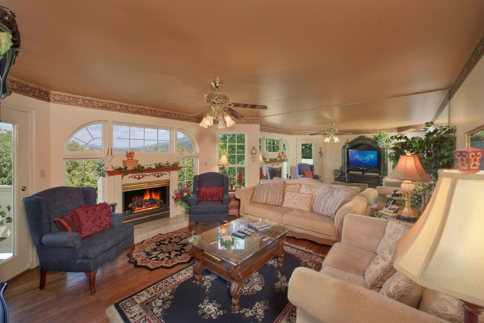 Cozy Livingroom with Fireplace - Queen Margaret