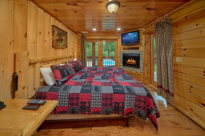 6 Bedroom Cabin Sleeps 20 Fireplaces in Bedrooms - River Adventure Lodge