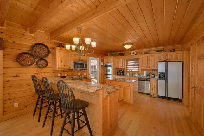 Spacious Cabin with a Large Furnished Kitchen - Rocky Top Lodge