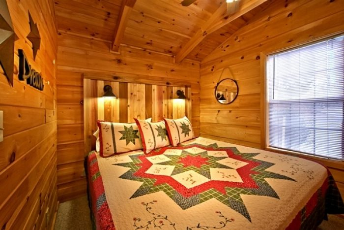 Cabin with King bedroom and log headboard - Secret Rendezvous