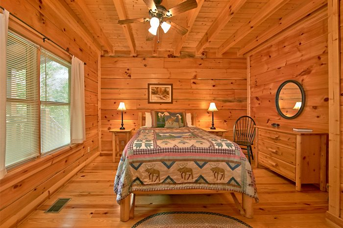 Cabin with 5 private bedrooms and baths - Shoot the Moon