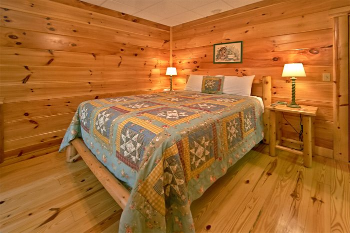Cabin with log beds and custom wood carvings - Shoot the Moon