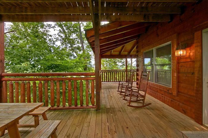 Cabin with covered deck, picnic table, rockers - Shoot the Moon