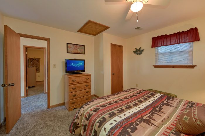 3 bedroom cabin with Queen bedroom and TV - Smokeys Dream Views