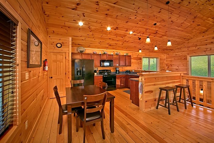 Cabin with Dining room and additional seating - Snuggled Inn
