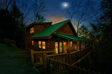 R Treehouse: 4 Bedroom Sevierville Cabin Rental