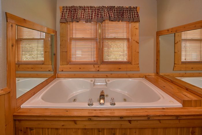 Private jacuzzi tub in 2 bedroom cabin - Southern Deluxe