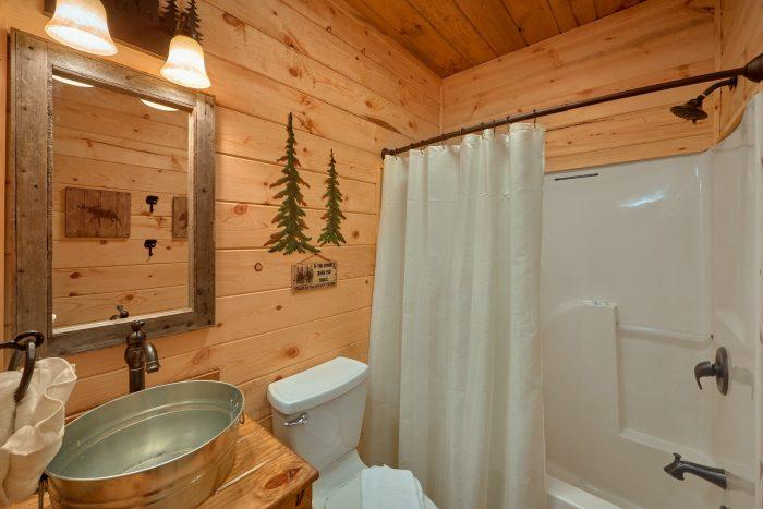 3 Bedroom 3 Bath Cabin Sleeps 9 - Sugar Bear View