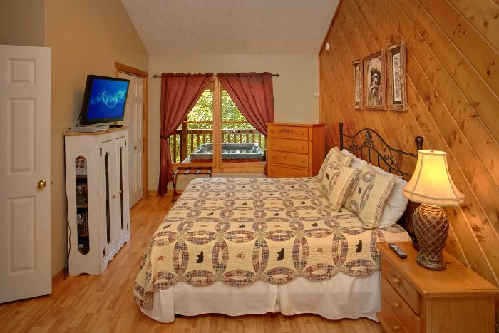 Honeymoon Cabin with Private King Suite - Sugar Plum