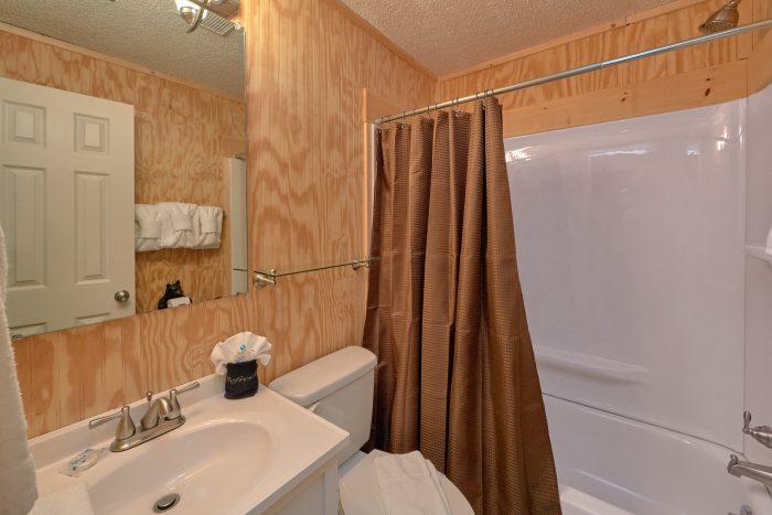 3 Bedroom 2 Bath Cabin Sleeps 8 Gatlinburg - The Birds Nest