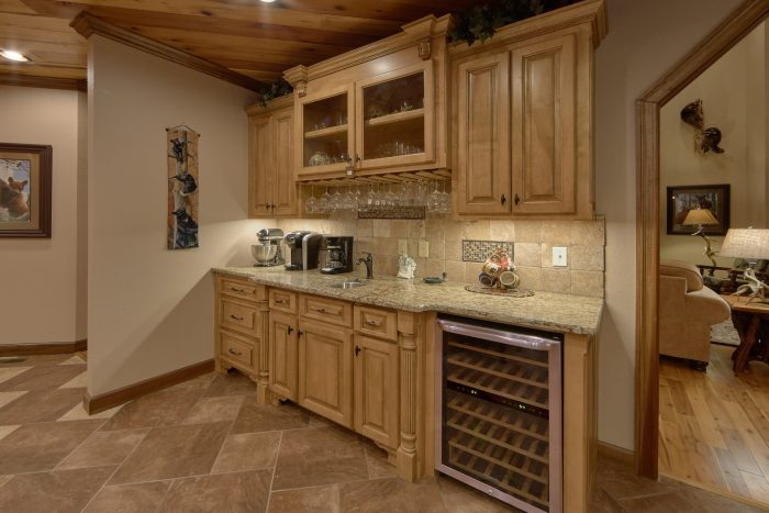 Luxurious Kitchen with Wine Bar and extra sink - Bluff Mountain Lodge